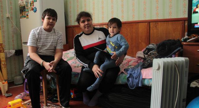 Первый день младший сын Рашиды Бреховой засыпал, прижавшись к маме. «Кап-кап, бух!» — боязливо показывал он на потолок. Сейчас семья пообвыклась, но все равно не чувствует себя комфортно.