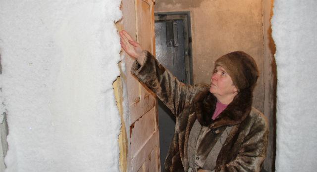 Ольга Бубнова пытается отогреть подъезд своей активностью. Ходить по скользким ступеням впотьмах — удовольствие так себе.