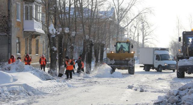 Зачистку тротуаров улицы Физкультурников от всего лишнего, в том числе розовых кустов, проводил целый отряд дворников МПО ЖКХ.