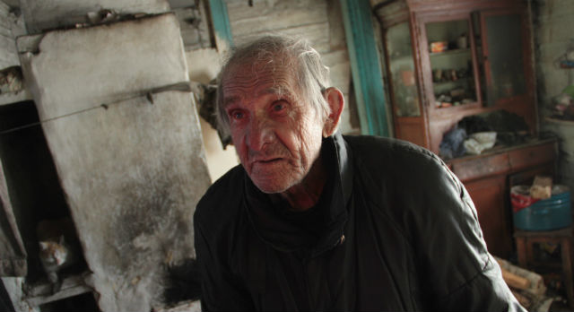 Василию Нестеровичу Волочко 92 года. Пожилой человек переживает, что магазин не работает — дети и внуки ему не помогают. А дедушке приходится кормить пять кошек.
