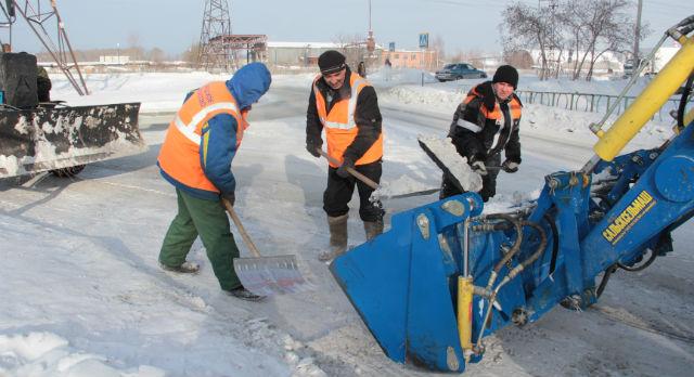 """Несмотря на то, что с каждым годом """"Горхоз"""" пополняется все новыми и новыми техническими средствами, дорожники продолжаются пользоваться лопатами."""
