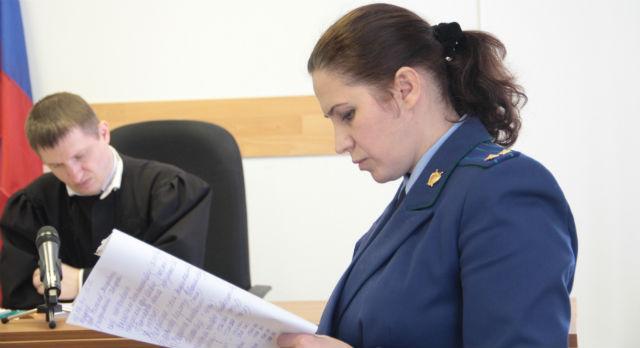 Зампрокурора Любовь Некрасова зачитывает обвинение. Несмотря на сухие формулировки, от перечисления травм, ставшими причиной смерти Александра Солдатенко, его мать чуть не падает в обморок