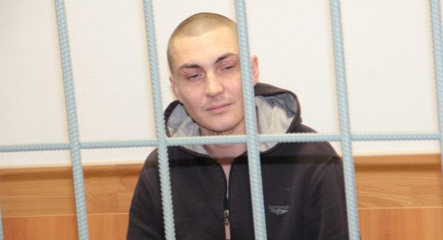 Антон Хохлов не прячет лицо и не отрицает вины. Он почти согласен с обвинением, за исключением того, что преступление было совершено группой лиц. Утверждает, что бил один, а брат Артем в драке участия не принимал