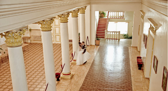 Лепнина на потолках и стенах, просторный холл с колоннами и роскошными люстрами, сохранившийся с 50х годов паркет, уютный зрительный зал — все это в последнее время привлекает лишь творческий взгляд фотографов, которые изредка заходят сюда снять свою фотоисторию.