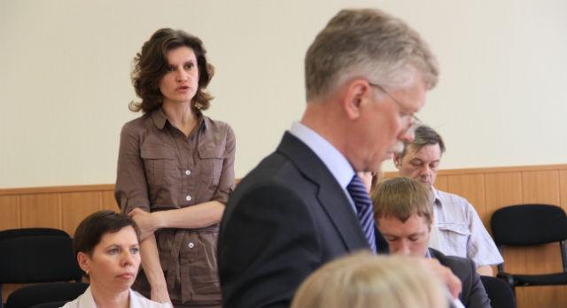 Елена Винокурова (на заднем плане)