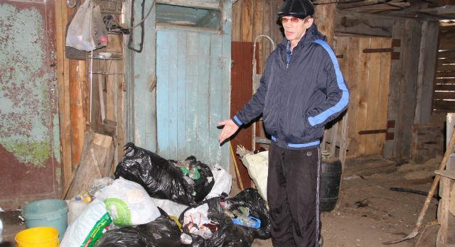 Александр Винокуров вовсе не гордится тем, что накопил с января. Он бы рад платить за вывоз, но никто на Ельничный не едет.