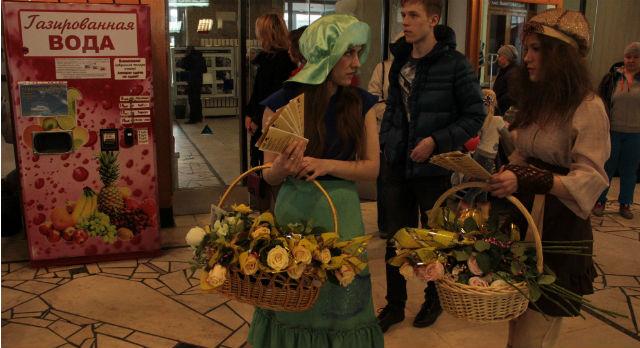 Цветочницы предлагали программки и розы.