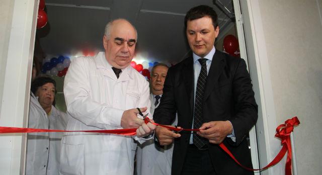 Министр здравоохранения Аркадий Белявский и глава администрации Алексей Дронов перерезали ленточку.