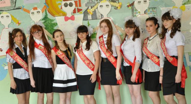 Выпускницы кузинской школы проигнорировали школьную форму, гольфы и высокие каблуки.
