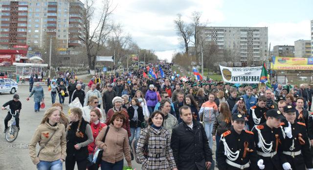 В прошлом году несколько тысяч первоуральцев приняли участие в традиционном шествии. В этом году несколько сотен человек вынуждены были скромно пробираться по тротуарам — шествие отменили, движение не перекрыли