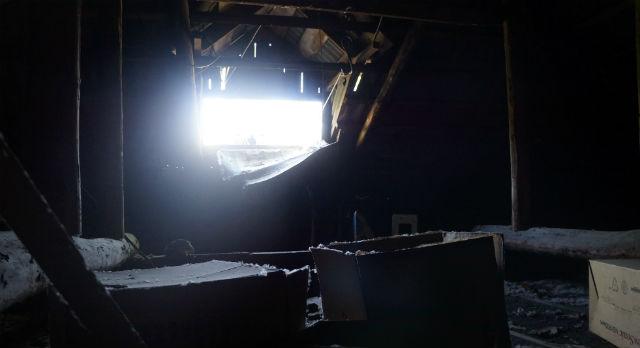 """На чердаке дома №4 по ул Юбилейной вчера во второй половине обнаружили труп. Журналисты """"Городских вестей"""" сначала не поняли, о каком зловонии идет речь, пока не откинули люк чердака."""