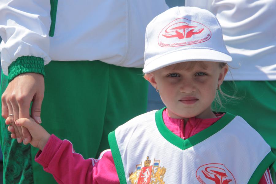 """Все команды-участники состязаний """"Мама, папа, я — спортивная семья"""" находились под чутким руководством юных капитанов. На фото — Полина Прокопчик, лидер команды №1"""