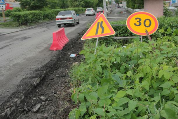 Вдоль отремонтированных дорог должны также установить бордюрный камень. Фото Анны Неволиной