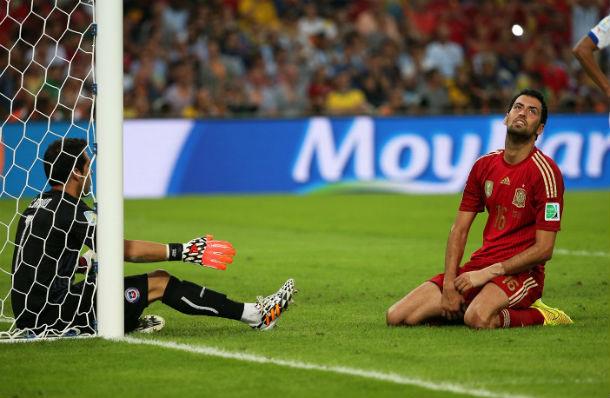 Но Серхио Бускетс не смог поразить пустой угол ворот сборной Чили с нескольких метров. © EPA/OLIVER WEIKEN