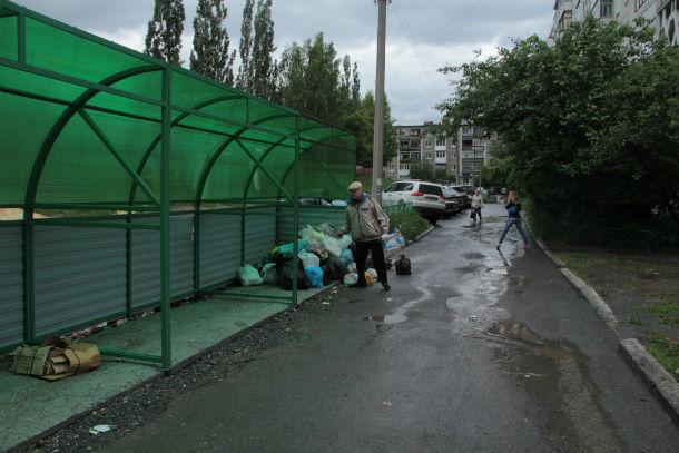 Поэтому некоторые люди складывают мусор прямо в эту конструкцию.Фото Анны Неволиной