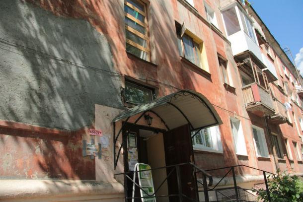 """Общежитие на Ватутина, 12 — непривлекательное место для первоуральцев, хотя в сравнении с другими """"общагами"""" оно комфортно для проживания. Жители сделали капремонт за свой счет, но сейчас доказать это — трудно Фото Анны Неволиной"""
