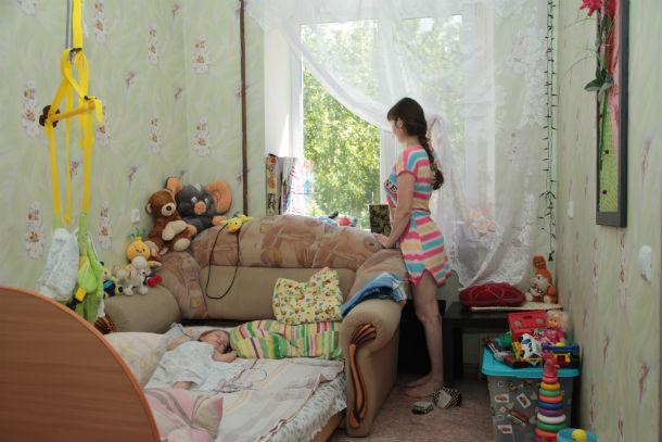 В семье Садыковых двое маленьких ребятишек. Получив уведомление о выселении, супруги каждый день в ожидании, что их просто выгонят с обжитого места, несмотря на вложенные деньги и данные прежней администрацией обещания