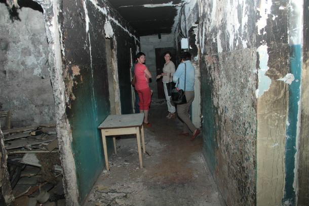 """Обугленные стены, запах нечистот и бытовых отходов — таков сейчас второй этаж здания на Ватутина, 12. Всего пару лет назад так выглядели коридоры во всем общежитии — многие из """"сомнительного контингента""""справляли нужду прямо возле дверей комнат"""
