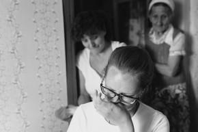 Лиля (на первом плане) не может без слез рассказывать о том, что пришлось пережить ее семье в родном Краматорске, где и сегодня идут активные боевые действия. Фото Владимира Коцюбы-Белых