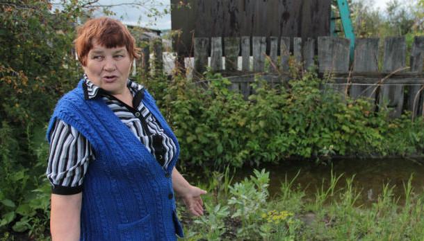 Жительница Доломитового Галина Николаева показывает свой затопленный огород Фото Анны Неволиной
