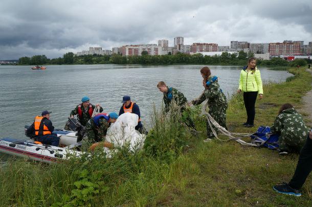 После того, как десантники совершили приводнение, их боевые товарищи помогли им выйти на берег Фото Ольги Хмелевой