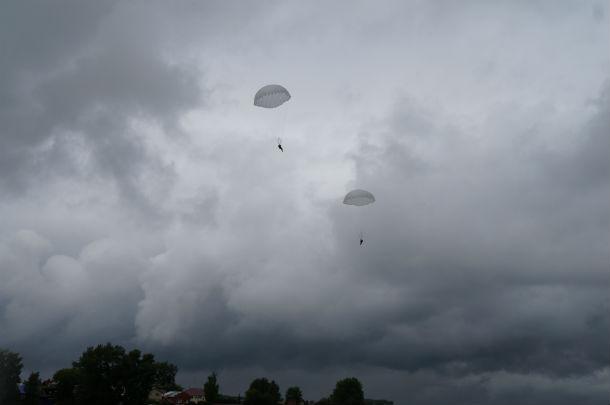 """Традиционное показательное выступление парашютного клуба """"Саланг"""" Фото Ольги Хмелевой"""