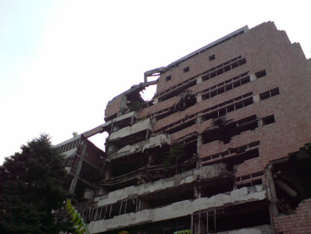 В Белграде можно увидеть многоэтажные здания, в которые попадали бомбы во время Югославской войны. Их не реставрируют — толи как исторический памятник, толи просто нет денег. Фото предоставлено Денисом Южаковым