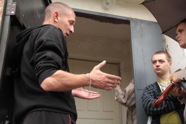 Виктор (на фото слева) с Донбасса. У него пять железнодорожных специальностей, и он готов работать, чтобы не быть нахлебником. Ждет документы из УФМС Фото Анны Неволиной