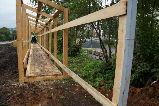 Деревянные ограждения уже построены