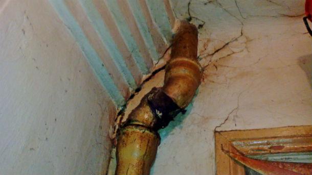 Вот так выглядят трубы в хромпиковском бараке. Фото Елены Красулиной