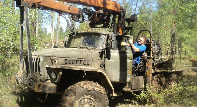 На делянке в Невьянске первоуральский лесоруб всю работу делает сам: валит лес, грузит  деревья, вывозит.Фото предоставлено Русланом Сайдулиным