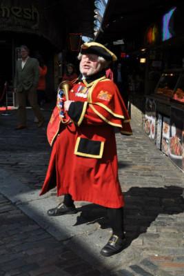 Открывается рынок в восемь утра. Специальный человек звонит в колокол: «Внимание, внимание! Кэмденский рынок открыт!» Эта традиция существует с 16 века. Фото предоставлено Игорем Цалером
