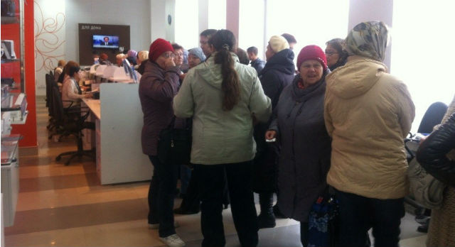 Люди стоят в очереди, чтобы разобраться со своей проблемой около четырех часов.