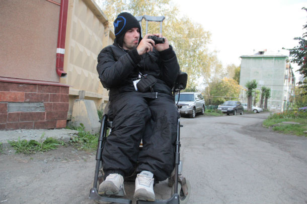 Первоуралец Павел Поповиченко принял участие в фотокроссе. Никаких поблажек Павлу — наряду со всеми, он колесил по городу в поисках своего удачного кадра Фото Анны Неволиной