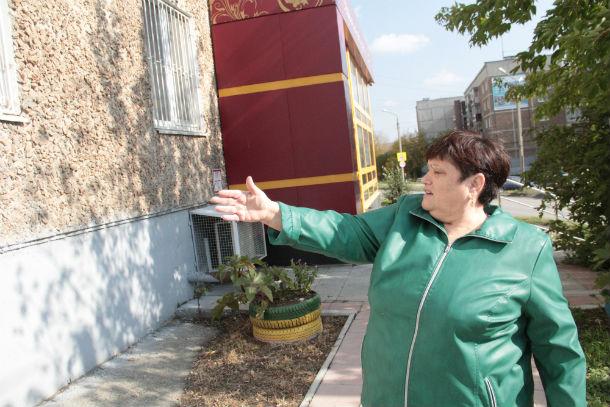 Людмила Шеина считает, что если еще немного затянуть с ремонтом, то дом просто развалится. Фото Анны Неволиной