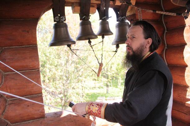 Отец Сергий раньше служил звонарем в Ново-Троицком храме. Теперь открывает школу звонарей при кузинском храме. Фото Анны Неволиной