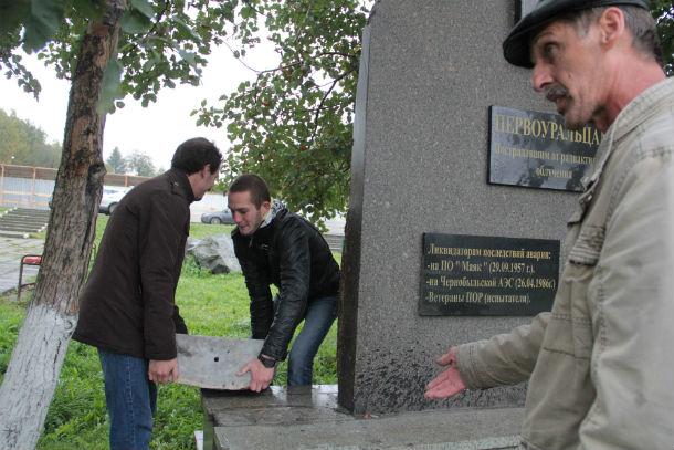 """Председатель """"Союза «Чернобыль» города Первоуральска» Александр Пишко думает, что восстанавливать порушенный памятник чернобыльцы будут на свои личные средства. Фото Анны Неволиной"""