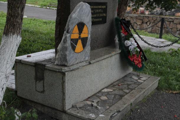 Камень со знаком радиационной опасности опрокинули с мемориала, тот раскололся на две части и разбил постамент памятника чернобыльцам. Фото Анны Неволиной