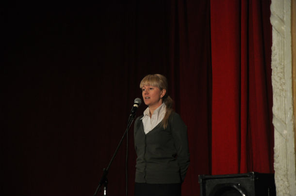 Марина Шолохова на собрании по поводу захода на жилфонд микрорайона Хромпик УК ПРП. 2011 год.