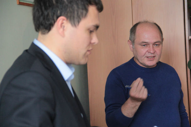 Представитель Леонида Гункевича Сергей Петров (на заднем плане) и Дмитрий Крючков — начальник правового отдела администрации Фото Анны Неволиной