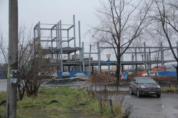 К строящемуся зданию через дорогу от Талицы,3 тянут коммуникации, при этом причиняя изрядное неудобство местным жителям