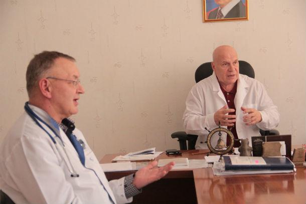 Заведующий отделением терапии ГБ№3 Владимир Кондрашин и главврач ГБ№3 Александр Цедилкин (на заднем плане) Фото Анны Неволиной