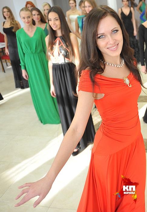 Юля Некрасова демонстрирует вечернее платье на одном из подготовительных этапов финального шоу Фото предоставлено Юлией Некрасовой