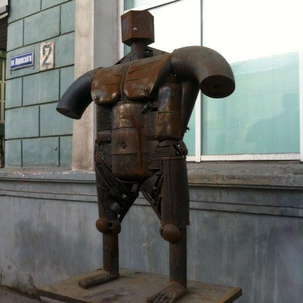 В Челябинске много чугунных статуй, потому что челябинские металлурги на столько суровы, что не перестают выплавлять чугун даже ночью Фото Марии Поповой