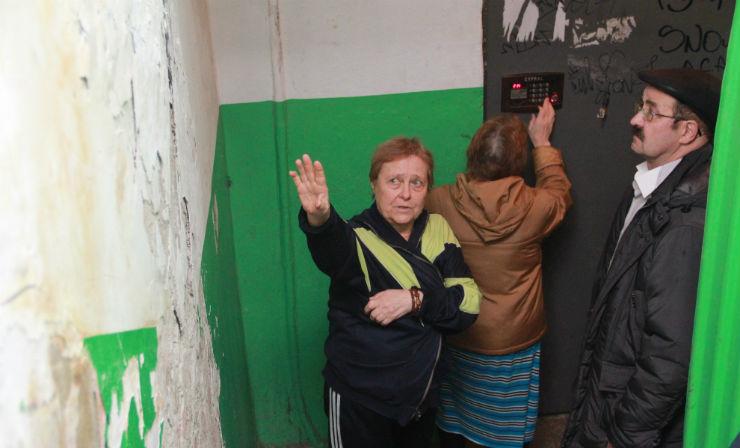Стена между вторым и третьим этажом по мнению жителей скоро и вовсе упадет Фото Анны Неволиной
