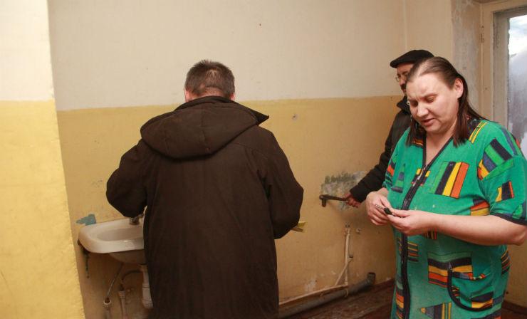 Умывальники на этой кухне жителям пришлось снять — они протекали и топили соседей с третьего этажа. Фото Анны Неволиной