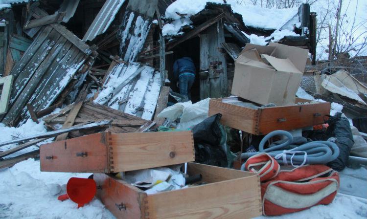 Пока работа приостановилась, Камил Нуриев приступил спасать свои вещи.Фото Анны Неволиной