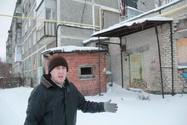 Николай Волков устал ходить по инстанциям, но проблема не решается никак. Фото Анны Неволиной