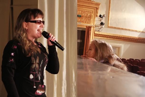 Даша Уступалова поет. Соня смотрит Фото Анны Неволиной
