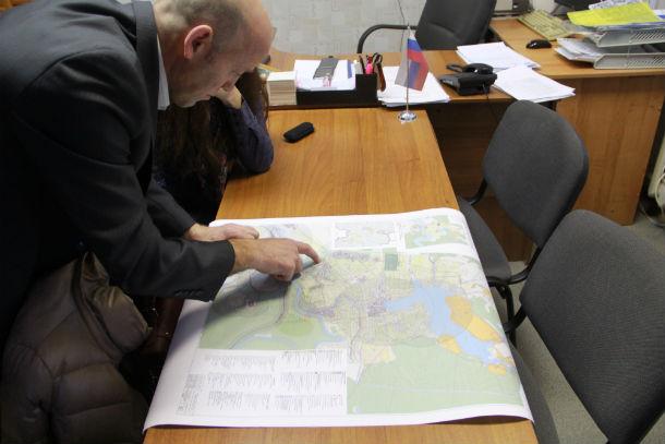 Глава Билимбаевского СТУ Александр Гильденмайстер проводит экскурсию по карте Билимбая Фото Анны Неволиной